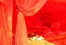 Tente rouge / « Venez vous ressourcer, partager ce qui vous anime et vous porte dans votre vie de femme. » En référence à l'ancienne tradition de regroupement des femmes, la Tente Rouge permet de renouer avec cette transmission des secrets féminins.