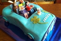 Characters from children comics in a car cake