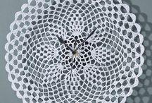 Ceasuri /  Tic tac tic tac foloseşte un ceas de perete din gama noastră de decoratiuni interioare, un ceas vintage sau un ceas retro pentru a măsura timpul in cel mai frumos mod cu putinţă. La noi gaseşti cele mai potrivite idei de cadouri online sub formă de ceasuri decorative.