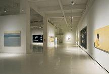 Alex Katz / Introduce elementos asociados al expresionismo abstracto, como el gran tamaño de los lienzos;al arte pop, a través de la transformación icónica de sus imágenes; y a los modos de representación encuadres, perspectivas‹ utilizados en el cine y la publicidad.