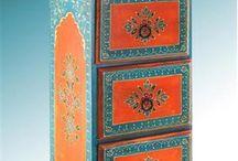 Cajonera patinada en celeste y naranja con florcitas tipo hindú o árabe