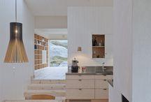 Inspiration intérieurs maisons bois / Le design d'une maison en bois peu prendre des formes très différentes tant à l'intérieur qu'à l'extérieur. Le choix des matériaux et leur combinaison, le mode construction et l'architecture, autant de paramètres permettant des milliers de créations différentes
