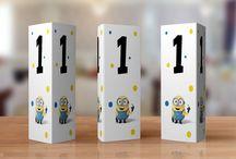 Numere de masa pentru Botez cu tema Minionii / Numere de masă cu Minioni, perfecte în combinație cu invitațiile, plicurile de bani si meniurile din același set.  Fiecare număr de masă are un model diferit cu Minioni. #babyshower #invitation #minions #menus