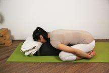 Yoga und Entspannung Anti Stress Asanas Relaxing Asanas / Diese Yoga Übungsreihe dient zur Entspannung und zum Abschalten nach einem harten Alltag, oder auch nur mal so zwischendurch. Die Asanas können getrennt voneinander geübt werden. Savasana folgt in der Regel ganz zum Schluß. Die Uhrzeit dafür ist egal, jedoch 2-3 Stunden nach dem Essen. Der Raum sollte ruhig sein, keine äußeren Störungen erfolgen. Sorge für eine gute Raumluft.