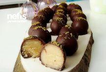 Çikolatalı Tarifler / Tamamı denenmiş ve fotoğraflanmış olan ekonomik, pratik ve evde kolayca hazırlayabileceğiniz en lezzetli çikolatalı tarifler burada! Çikolatalı Sufle, Profiterol, Çikolata Topları, Ekler tarifleri ve daha fazlası Nefis Yemek Tarifleri'nde.