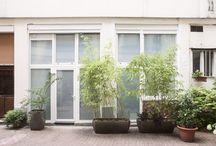 Loft B / Un garage dans la cour d'un immeuble parisien, proche de la Gare de l'Est, que j'ai transformé en loft avec la création d'une mezzanine pour agrandir la surface et la rénovation de la cave voûtée pour avoir un deuxième salon. J'ai également transformer la porte du garage en baie vitrée pour apporter un maximum de lumière. Je ne le savais pas encore mais en fait j'ai rénover mon premier souplexe.