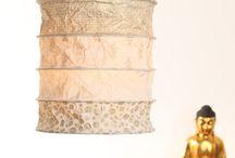 home accessoirs - ANSAMARO.com / Lampen aus Nepal, in Handarbeit aus geschöpften Papier hergestellt. Passend für alle Standardfassungen.  Das seidige, stoffähnliche Papier wird durch Rindenschälung des Seidelbastbusches gewonnen. Diese Art der Papiergewinnung geht auf eine 2000 Jahre alte Tradition im Himalaya zurück. Die schöne und harmonische Farbgebung unserer Lampen tauchen jeden Raum in warmes Licht und steigern merklich das Wohlbefinden.