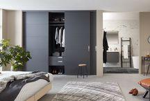 Moderne stijldeuren / Raffito moderne stijldeuren hebben een hedendaags karakter en zijn strak vormgegeven. Een kast van wand tot wand is de oplossing bij uitstek voor een modern en strak geheel. Durf te spelen met de collectie deurmodellen, kleuren en handgrepen voor een perfecte match binnen uw woonstijl.