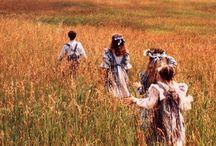 Pat's, Emily's, Anne's (etc) world / Iki-ihanaisen kirjailijan L. M. Montgomeryn kirjoittamien kirjojen maailma. Pinnaan vaikkapa vaatteita, koteja jne.. Noin 1903–1912, eli 20th century