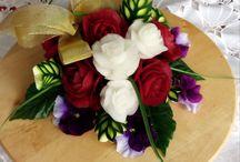 BUKIETY KWIATÓW / Każdemu przyjęciu okolicznościowemu czy to jest wesele, chrzest, komunia, urodziny, lub imieniny muszą towarzyszyć kwiaty w różnej postaci. Ja zachęcam was do obdarowywania Solenizantów bukietami kwiatów wykonanych z owoców i warzyw. Niewątpliwie jest to bardzo oryginalny i wyjątkowy prezent. Kwiaty mogą posłużyć jako dekoracja stołu weselnego Młodej Pary, jako prezent na Dzień Kobiet lub Dzień Matki.