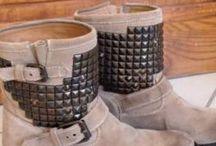 À vendre / Bottes Ash Titan couleur beige avec clous bronze Taille 38  Excellent état, jamais portées, achetées l'année dernière  Prix d'achat: 299€ Hauteur totale: 21,5 cm Hauteur talon: 4 cm