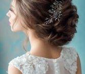 Brautfrisuren / Ob romantisch-geflochten, mit Blüten verziert oder als offene Wallemähne - hier findet ihr schöne Brautfrisuren.
