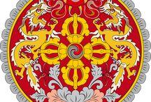 """BHUTAN,DRUK JUL,Dračí říše,Země hřmícího draka / Legenda:Z nebe sestoupil moudrý drak a učil lidi. Znak""""V rudém kruhu drak na rotujícím kotouči s 4.korunami v kříži."""