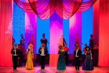"""TEN PIĘKNY, WSPANIAŁY ŚWIAT (fot. Michał Matuszak) / Ten ubarwiony tańcem koncert, przygotowany z myślą o sylwestrowej zabawie, tak bardzo spodobał się publiczności, że został włączony do stałego repertuaru teatru. Wielkie przeboje (między innymi piosenki z repertuaru Luisa Armstronga, Franka Sinatry, Barbry Streisand, Gipsy Kings i Nat """"King"""" Cole`a), połączone z żartobliwą konferansjerką to znakomita propozycja dla każdego."""