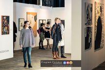 Art Market - Budapest 2017 / Budapesten ismét bemutatkozhattak a kortárs képzőművészek. Nagyszabású vásárt tartottak a Millenársion az Art Market keretében. Két épület telt meg a legváltozatosabb műalkotásokkal, melyek közt formabontóbb, olykor megbotránkoztató, de konzervatívabb darabok egyaránt megfordultak a standokon, így bárki megtalálhatta a kedvére való műveket.