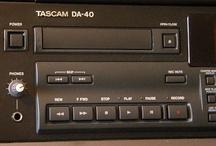 DAT Cassette Audio - DAT Tape Audio / De belles machines dédiées aux enregistrements audio. Vous possédez peut-être quelques enregistrements audio au format DAT. - Il est possible de transférer durablement ces enregistrements audio sur un support plus actuel comme un CD Audio ou un fichier MP3 Pro. - Remix Numérisation numérise et copie vos enregistrements analogiques avec des appareils HiFi Vintage en excellent état. - Rendez vos souvenirs durables avec - www.remix-numerisation.fr