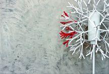 """Efekt betonu na ścianie: osiągniesz go dzięki tynkowi dekoracyjnemu / Najpopularniejszym sposobem na uzyskanie modnej """"betonowej"""" ściany w pokoju dziennym, kuchni czy sypialni jest ciągle beton architektoniczny po postacią płyt. Warto jednak wiedzieć, że podobny efekt można też osiągnąć dzięki tynkom dekoracyjnym. Autor: Justyna Łotowska http://www.dobrzemieszkaj.pl/pokoj_dzienny/86/efekt_betonu_na_scianie_osiagniesz_go_dzieki_tynkowi_dekoracyjnemu,100812.html"""
