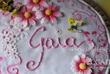 Torta biscotto fiori e farfalle con gocce di cioccolato e nutella