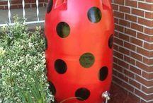 """Creatieve Regentonnen / De regenton is een onmisbaar item als je op een ecologische manier de tuin wilt onderhouden. Bovendien kan u de regenton op een creatieve manier omtoveren tot een ware """"eye catcher"""" voor de tuin!"""