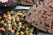 Chocolade cadeaus  / Leuke chocolade cadeaus voor bijvoorbeeld. Moederdag of voor je geliefde. Chocolade harten om van te smullen. Al onze chocolade wordt met de hand gemaakt en is online te bestellen op www.chocoladebezorgd.nl