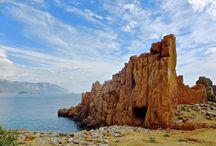 Prvomajska Sardinija s kolesom / Vrhunci programa: - srednjeveška mesta Alghero in Bosa - morsko območje Sinis, zapuščena vasica San Salvatore di Sinis in arheološko najdbišče Tharros - prazgodovinski ostani Nuraghov - rajsko lepe plaže: S´Archittu di Santa Caterina di Pittinuri, riževa plaža Is Arutas - udobno potovanje do začetka ture - polet iz Trsta