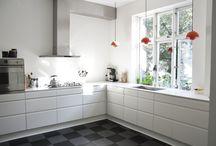 #HTHlarge / Igennem HTH's kampagne, HTHawards, har vi indsamlet billeder af HTH køkkener ude i danskernes hjem. Her er vi i kategorien #HTHlarge, som viser det store køkken, som ses i villaer, huse og store lejligheder. Det fungerer ofte som omdrejningspunkt, og kan have et stort gulvareal såvel som mange skabe og ekstra features.