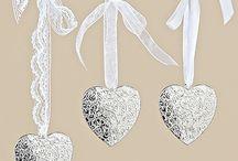 Romantic Glam / Wir tauchen in eine glamouröse Welt mit Silber und glänzenden Ob erflächen ein. Durch die Weiß- und Grautöne wirkt es wie aus einem Traum.