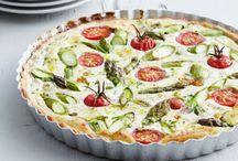 Träte mit grünem Spargel und Tomaten