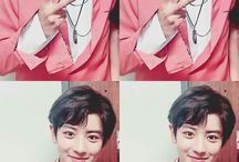 yeol doing /that/ sign / you know which one