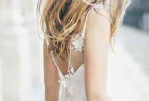 Robe de mariée - l'Exclusive Emmanuel / D'un raffinement sans égal… Guipures d'exception… Détails en perles de verre… Il y en aurait tant à dire sur l'Exclusive. Ses petites fleurs en relief et sa superposition de matières raffinées, c'est une création unique ! Comme son nom l'indique, c'est une E-X-C-L-U-S-I-V-E, n'attendez plus ! Retrouvez-nous sur www.fabiennealagama.com