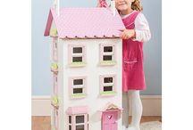Le Toy Van Poppenhuis / Alles over de poppenhuizen van het merk Le Toy Van. En daarom nu 10% korting op alle poppenhuizen van dit merk  bij Happy2Play.nl