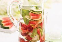Eaux vitaminées / Besoin d'une boisson détox au goût ensoleillé pour saluer l'approche des vacances? Fruits, légumes et fines herbes transforment l'eau plate en liquide désaltérant qui vous fera boire de l'eau autrement. Santé!