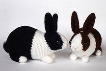 Связанный крючком кролик