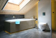 Łazienka na poddaszu. Naturalne materiały w nowoczesnej aranżacji / Pomieszczenie znajduje się w jednorodzinnym budynku mieszkalnym. Właściciele to miłośnicy podróżowania i twórczego spojrzenia na świat. Autor: Justyna Majkowska