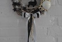 SPRZEDANY - GWIEZDNY PYŁ - 119 zł - wieniec / Elegancki wieniec bożonarodzeniowy wykonany na bazie z bielonych pędów winorośli, ozdobiony brokatowymi elementami: figurką renifera, gwiazdami oraz perłami i satynowymi wstążkami. Wszystko utrzymane w stonowanej ponadczasowej kolorystyce czerni i bieli.  Wianek jest w pełni trwały i może posłużyć zarówno jako dekoracja drzwi, okna czy ściany. Doskonały pomysł na prezent.  Średnica ok. 31 cm.