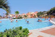 Kreta, Griekenland, Hotels en sfeer foto's / Vakanties in Chersonissos, Griekenland Aan de noordkant van Kreta ligt de populairste badplaats van Kreta: Chersonissos. Levendig en bruisend.  Boulevard met veel restaurants, (disco)bars en terrassen. Ook kan men op een toeristisch treintje stappen