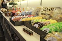 Tienda Arvika-materialparajabon.com / Tienda en Barcelona para comprar todo los materiales que necesitas para hacer en casa jabones, cremas, velas, fanales de cera aromáticos y mucho más. Jabón base de glicerina, colorantes, fragancias, parafinas y moldes. www.materialparajabon.com