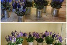 Selyemvirág dekoráció / Konzervdobozt matt spray-el lefújtam, az oldalára szalagot ragasztottam a dobozba száraz oázist tettem amibe tűztem a virágokat.