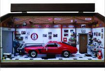Diorama Oficina Carro Mustang 1966 - PERSONALIZADO / 46L x 20C x 24H. Diorama em MDF e com iluminação superior por leds, Peças de plastimodelismo e recicladas de lixo eletronico. Escala 1:18