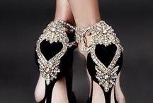 Siyah ayakkabı.