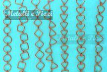 Metalli- Fantasia semplice / Gioielli in rame o alluminio colorato, lavorati interamente a mano da un'esperta nel campo. Il motivo delle maglie è semplice e disponibile in vari colori e fantasie.