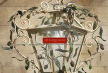 Lanternes / Lanternes en fer forgé et décorée à la main. Les LanternesGBSsont entièrement conçus et réalisés à Florence, fabriquésdans l'usine florentine en utilisantuniquement des composants italiens de très haute qualité.