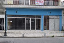 Πωλείται ισόγειο κατάστημα στην Κατερίνη Πιερίας (Σταθμός) / Πωλείται  ισόγειο κατάστημα στην περιοχή της  κατερίνης  90 τ.μ με 3 μέτρα πρόσοψη. Διαθέτει κουφώματα αλουμινίου , δύο(2) wc με νιπτήρα στον προθάλαμο.Είναι κατάλληλο για κατάστημα ή γραφείο.  Είναι φωτεινό , δάπεδα με πλακάκι,  έχει πρόσβαση με αστικό,πάρκινγκ στο χώρο προσόψεως, κατάσταση άψογη, με θέα σε πάρκο .