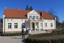 Dwór w Jełmuniu / Dawny, niewielki majątek ziemski malowniczo położony nad jeziorem Jełmuń, ok. 6 km na północny zachód od Sorkwit.