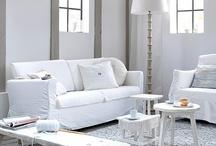 Inspiration Décoration Cosy / Chaleureuse et Accueillante la Décoration Cosy utilise des Objets romantiques et des couleurs douces. Qu'elle soit utilisée dans la Cuisine, la salle de bain ou la chambre, la Décoration Cosy nous rappelle notre enfance, les maisons dans lesquelles nous avons grandis et nous rassure. L'équipe de la Boutique CosyDéco a sélectionné pour vous des lieux hors du temps, des Ambiances chaleureuses et des Intérieurs So Cosy, juste pour le plaisir des yeux ...