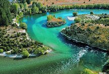 Красивая и своенравная река Клута. / Среди горных хребтов и плодородных равнин, мимо богатых пастбищ и зеленых лесов, вдоль опрятных городков и фруктовых садов, перепоясанная мостами и мощными энергетическими дамбами, несет свои не спокойные воды в Тихий океан река Клута.