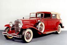 Duesenberg / 1913年、ドイツからの移民の息子として生まれたフレッドとオーガストのデューセンバーグ兄弟はスポーツカーを作る事を目的にミネソタ州セントポールでデューセンバーグ・モーター社を設立した。1885年にドイツで開発されたガソリン自動車に魅せられたデューセンバーグ兄弟は独学で自動車設計の技術を習得、多くの実験的な機構を備えた世界有数の高性能車を手造りで送り出していく事になる。1914年、デューセンバーグはエディ・リッケンバッカーをドライバーとしてインディ500に初参戦、この時は10位に終わったものの、デューセンバーグは1924年、1925年そして1927年にインディ500を制覇した。1926年、コード社・オーバーン社など複数の自動車メーカーを経営していた実業家エレット・ロバン・コードに買収された。オーナーであるエレット・ロバン・コードの破産によって1937年にデューセンバーグはその歴史に幕を降ろした。