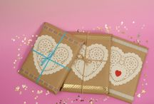 Opakowania dekoracyjne / W taki sposób pakujemy organizery Miss Planner. Uzyliśmy: szary papier, papierowe koronkowe serwetki, taśma dwustronna, taśmy dekoracyjne washi tape, naklejki piankowe, sznurek dekoracyjny (np. jutowy)