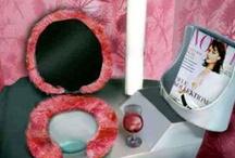 Toilette di lusso / A Londra, in Oxford Street, anche i bagni pubblici sono deluxe: luci soffuse, dolci musiche rilassanti, essenze floreali nell'aria, tavolette foderate in morbido e colorato eco-pelo. A pagamento. A qualcuno potrà anche piacere, suppongo!