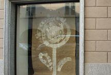 Il girasole dal tombino / omaggio a bansky, installazione su vetrina, settembre 2011. Juta e tempera.